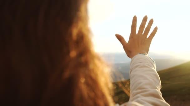 Ritratto di giovane donna come sagoma e la mano che tiene il sole.