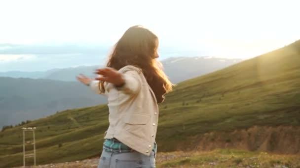 Sziluettjét, fiatal nő, a sunset