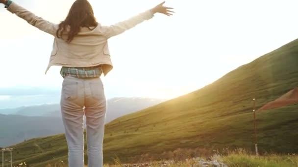 šťastný oslav vítězného úspěch žena při západu slunce nebo východ slunce, stojící nadšen, s pažemi zdvihne hlavu na oslavu dosažení cíle nejvyšší vrchol hory během turistiky cestovní trek
