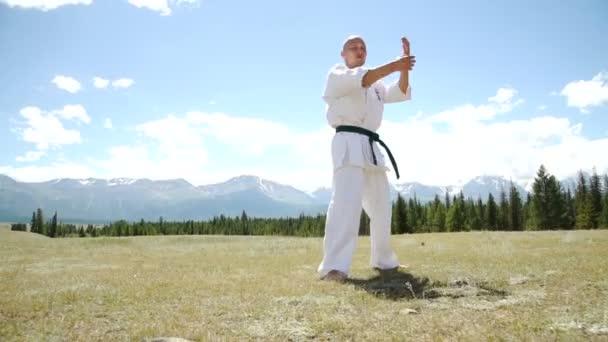 Harcos, karate irányvonal ellen összeomlik, szikla a rock előadás