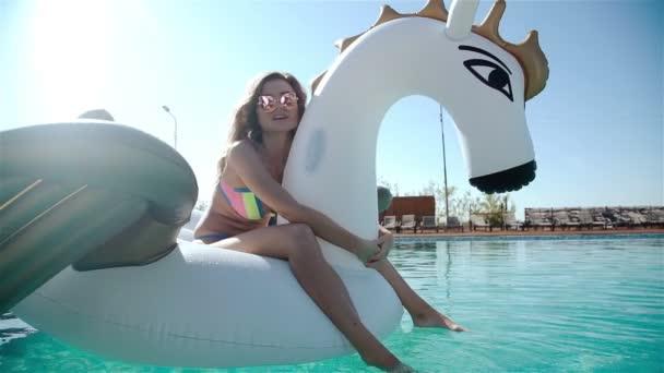 Szexi nő a bikini, élvezi a nyári nap és szolárium ünnepek alatt medencével, koktél. Nő a medence. Szexi nő a bikini 20s. 1080p lassú mozgás.