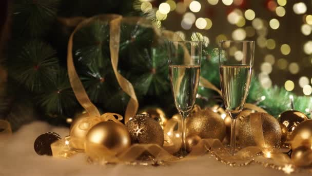 dvě sklenice šampaňského s vánoční dárek a vánoční koule