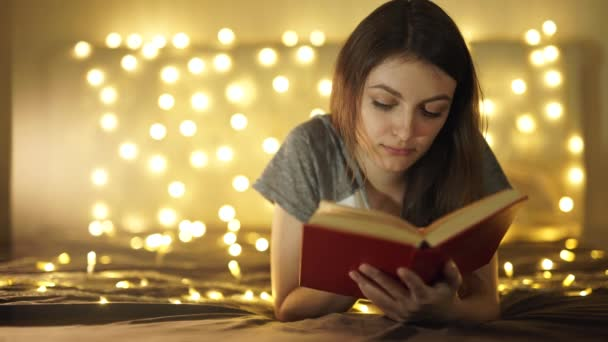 Vintage portrét roztomilé kudrnaté školačku čtení knihy v chladný den