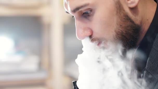 Muž Exhaling kouř z výparníku 120 Fps tři