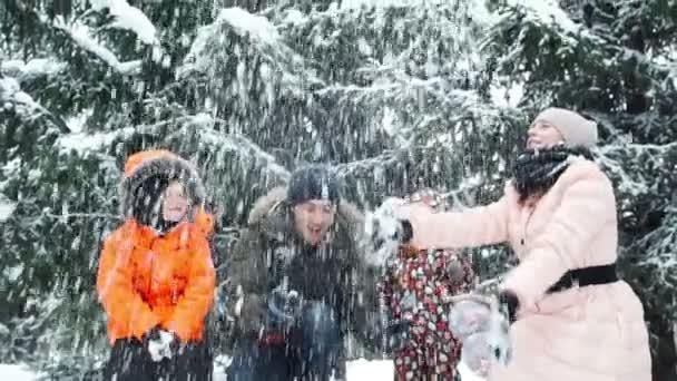 Winterspaß, Schnee, Familienrodeln zur Winterzeit