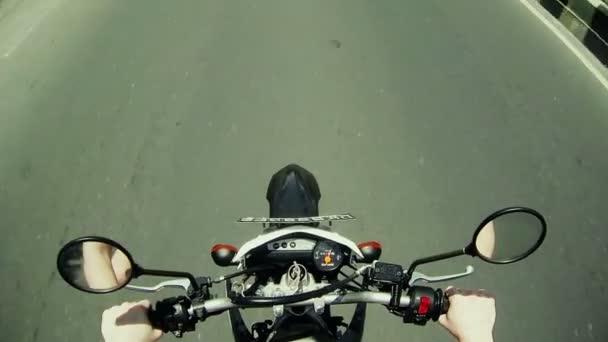 Muž na moto na velké rychlosti na asfaltové silnici