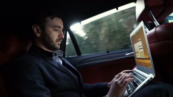 podnikatel práci zadní části automobilu a používání tablet