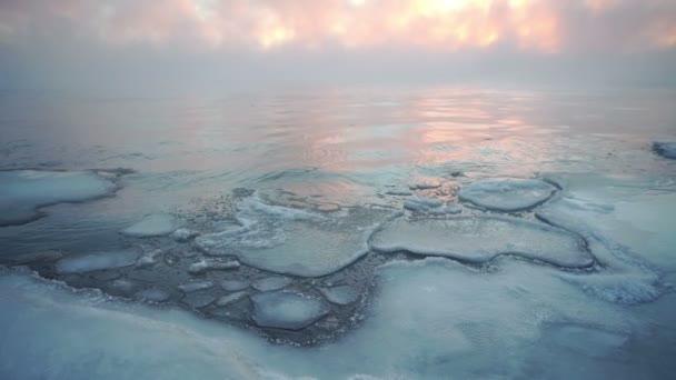 Eisberge vor Gewitterhimmel in Island