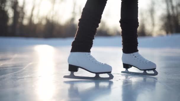 Mladá žena, bruslení na ledě s postavou brusle venku na sněhu