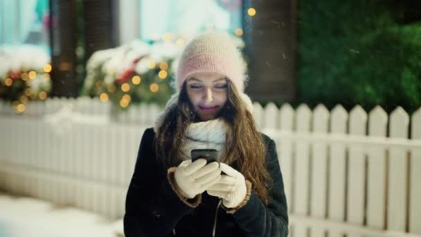 Egy fiatal, mosolygós nő, csinál online vásárlás karácsony előtt portréja