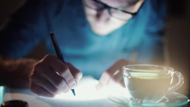 Az ember dolgozik éjjel, tanulás, irodalom