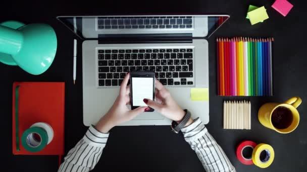 Plochou položit notebooku, tabletu, telefon na dřevěný stůl. Pozadí pro použití nic