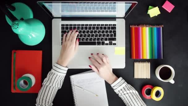 Plochou položit notebooku, tabletu, telefon na dřevěný stůl. Pozadí pro použití nic.