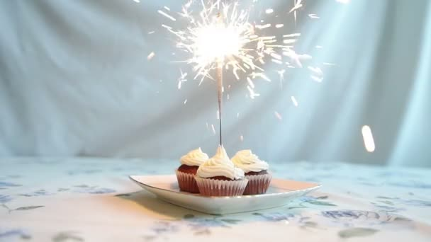 Cupcake íj és gyertya. Boldog születésnapot kártya. Ünnepek-üdvözlőlap