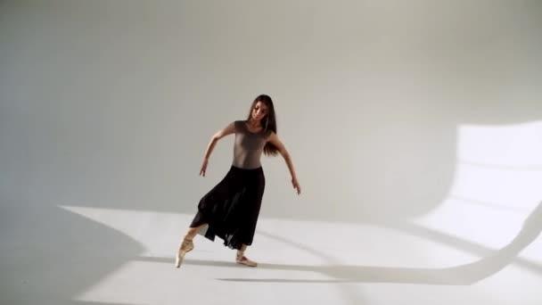 silueta tanečnice v klasické tutu v bílé studio.