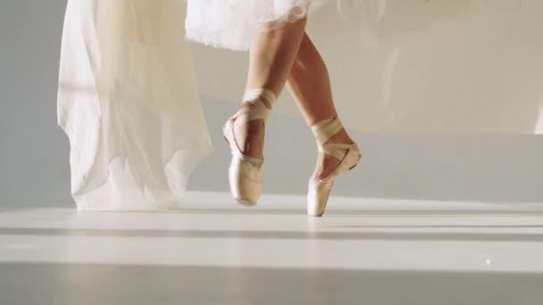 silueta tanečnice v klasické tutu v bílé studio