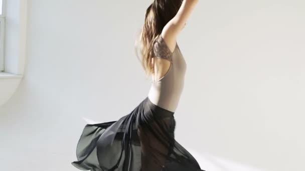 Silhouette einer Ballerina im klassischen Tutu im weißen Studio.