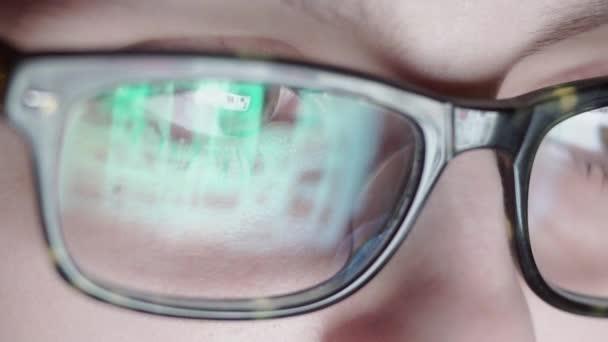 Detailní záběr chlapce v brýlích, hokejbal, v noci