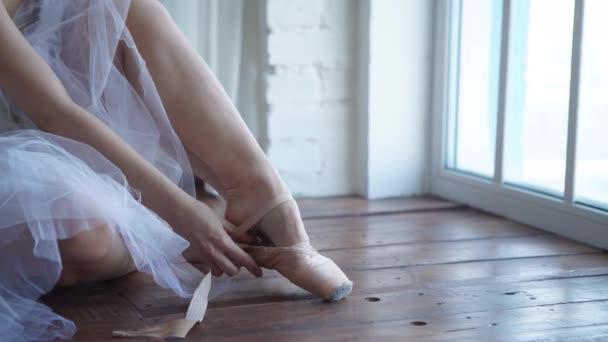 baletní tanečník vázání pantofle kolem její kotník žena balerína pointe