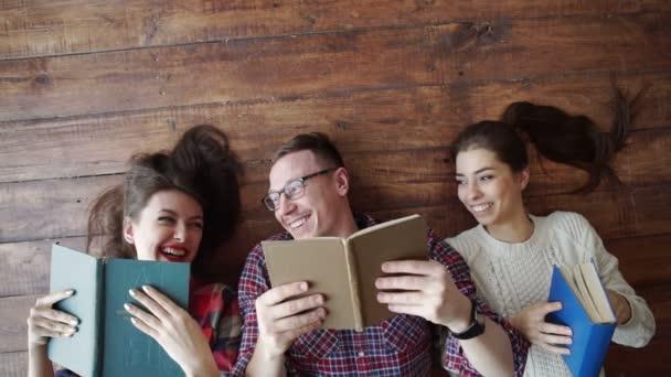 Skupina studentů, kteří ve škole čtou knihy