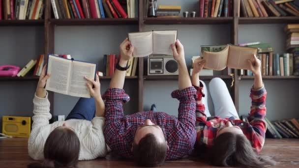 Skupina studentů čtení knihy ve škole