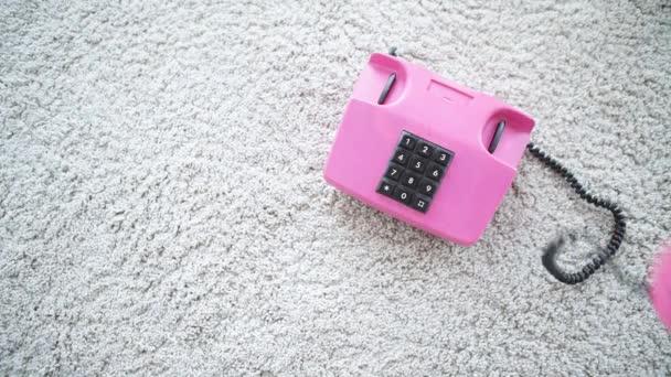 Retro pastelově růžový telefon