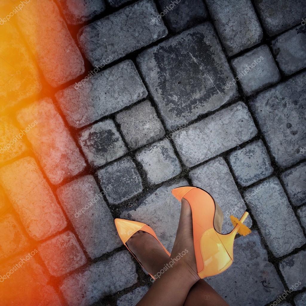 Weibliche Füße in orange Schuhe mit hohen Absätzen — Stockfoto ...