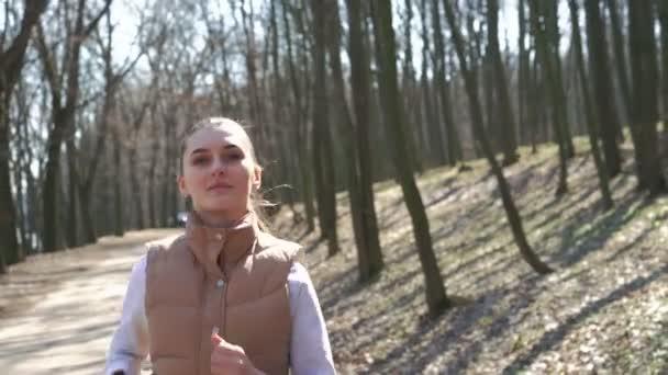 Dívka na jaře les. 4k