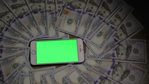 Smartphone mit grünem Hintergrund. 100 Dollar. 4k