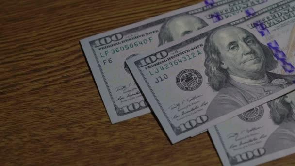 klesající peníze detail. 50p