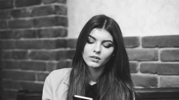 Hezká dívka mluví po telefonu. Černá a bílá, Lupa