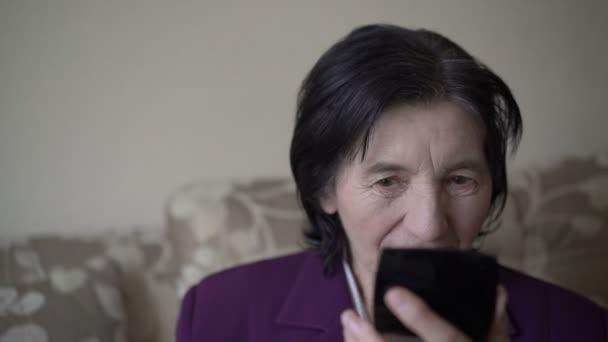 gut aussehende Seniorin blickt in den Spiegel und berührt sich selbst