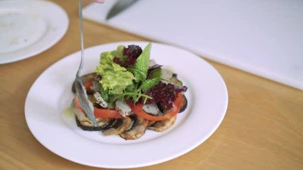 Closeup zdravý zeleninový salát s omáčkou na bílé desce. Lití omáčkou 4k