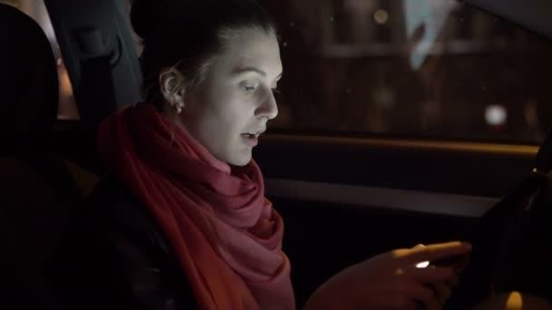 Profil dívky, sedící v autě a pomocí tablet, 4k