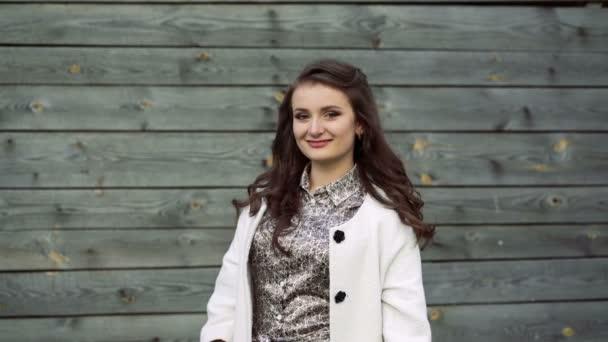 Roztomilá mladá dívka usmívá a pózování na kameru. 4k
