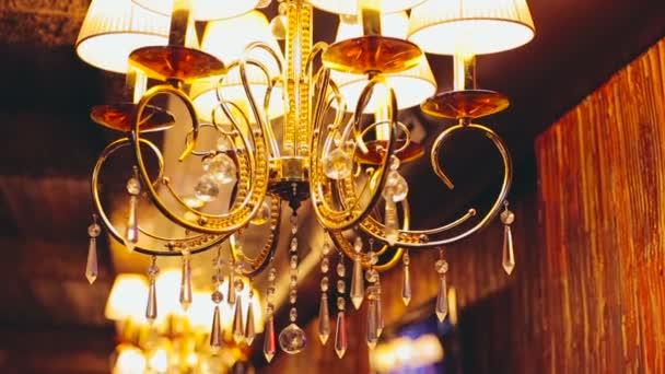 Lampadario Con Sfere Di Cristallo.Lampadario Oro Con Sfere Di Cristallo Lucente Sfondo Video Stock