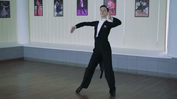 Muž tančí společenské tance. Klasický styl, 4k