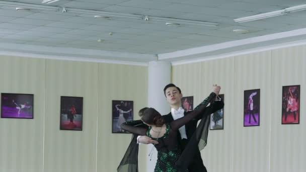 A fiatal pár tánc társastánc klasszikus stílusban. Lassú mozgás