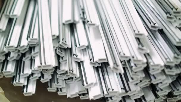Kunststoff Werkzeug des Fensters in der Fensterfabrik. 4k