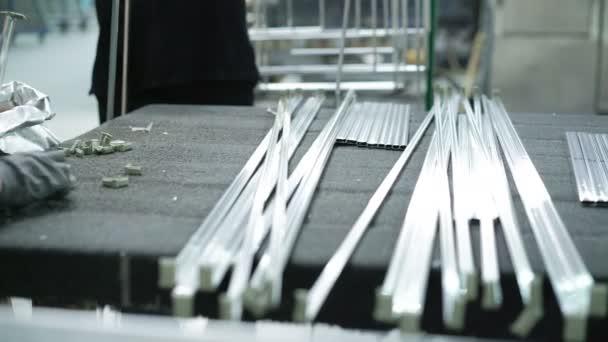 Zaměstnanci pomocí soustruhu snížit okně hliníkové rámy. 4k