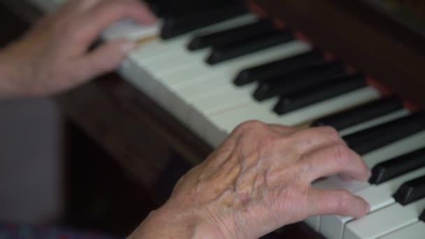 Babička je hra na klavír