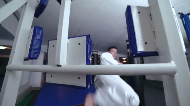 Mistr sportu trénink nohou s simulátor