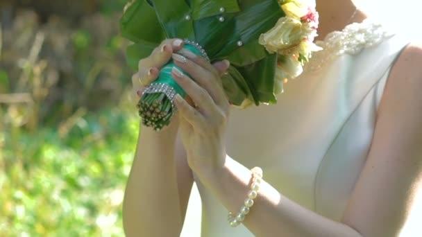 Páchnoucích svatební kytice nevěsty. Zpomalený pohyb