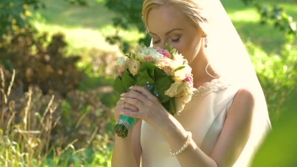 Nevěsta, vonící svatební kytici v pomalém pohybu