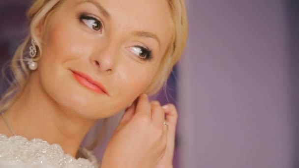 Zavřít o šťastné nevěsty nosí krásné náušnice