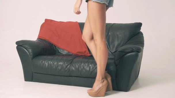 sexy holka na gauči