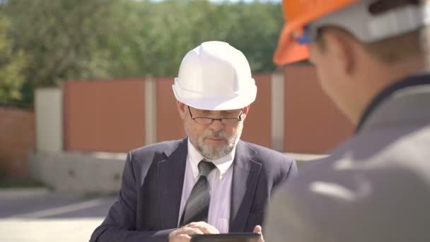 Šéf, hovoří o budoucích stavebních plánů. a používání tabletu 4k