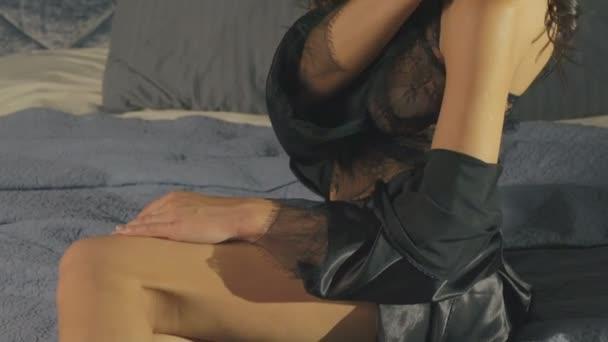 Hezká žena ve spodním prádle hladil její tělo. Pomalu