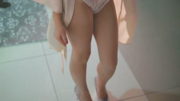 Mladá žena v erotické krajkové lengire pózuje v ložnici 4k