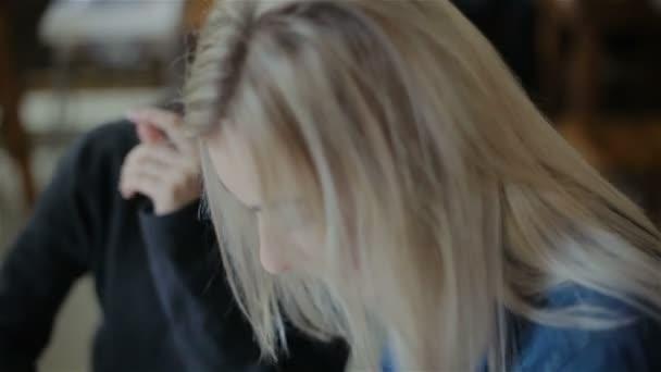 Funny girl prohlížení fotografií v telefonu